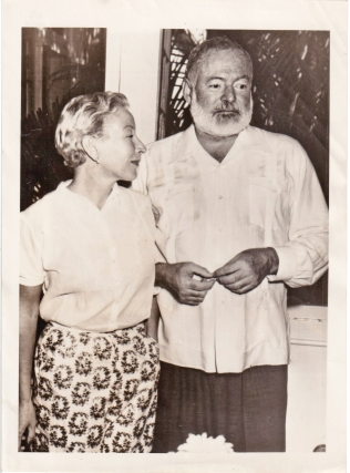 ORIGNAL Press photograph of Ernest Hemingway and Mary Welsh Hemingway, 1953